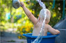 天气转凉,妈妈们该怎么给宝宝洗澡呢?孩子有这3 种情况时千万别洗!